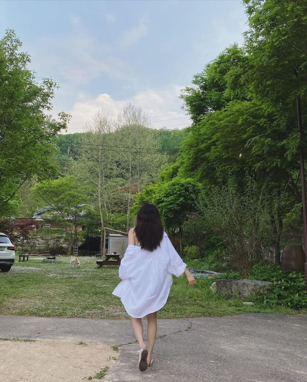 Plain White Polo Shirt | Hyuna