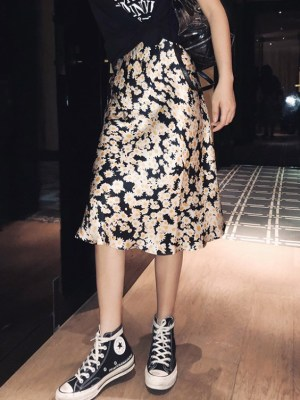 Chaeyoung Daisy Pattern Black Skirt (1)