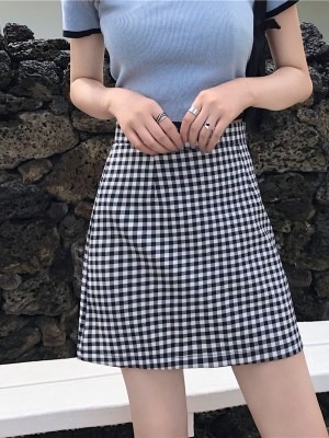 Moonbyul – Mamamoo Black and White Plaid Skirt (5)