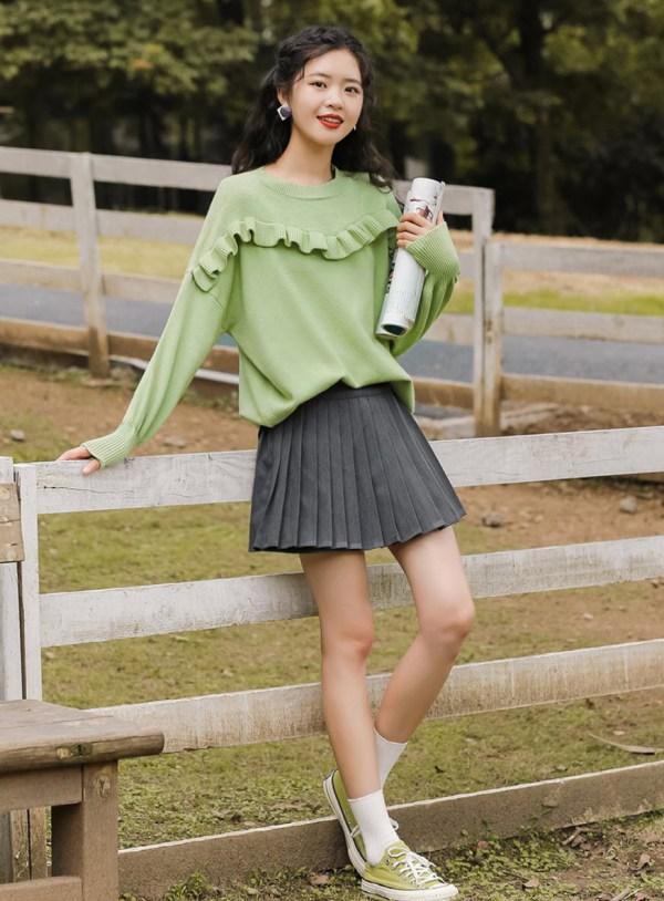 Wavy Ruffled Chest Line Green Sweater