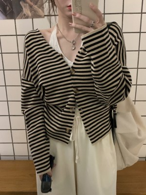 Hyuna – Black And Beige Striped Cardigan (13)