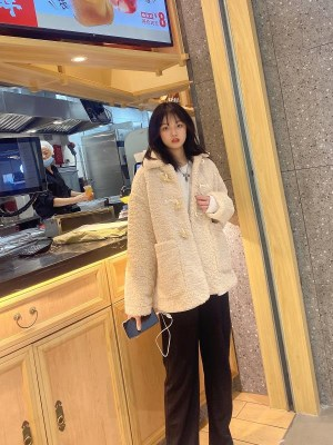 Jisoo Beige Lamb Wool Coat (3)