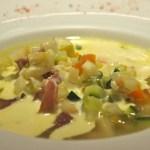 Minestrone de légumes, jambon de Parme et crème de Parmesan