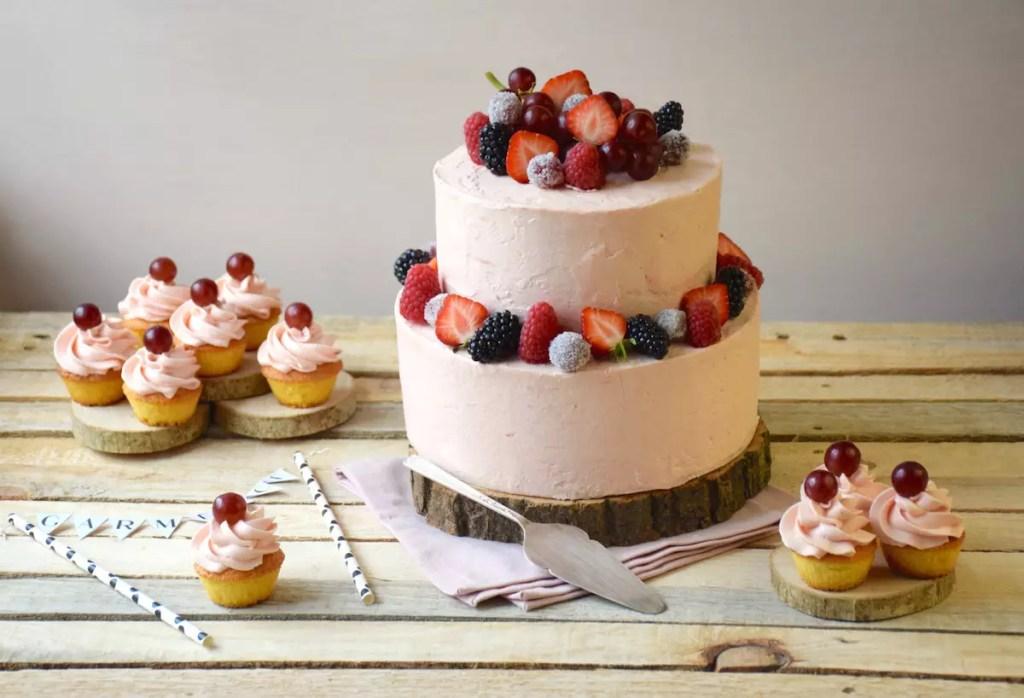 Gateau vanille et glaçage rhubarbe meringue suisse