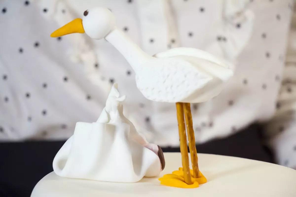Cigogne et bébé modelage en pâte à sucre