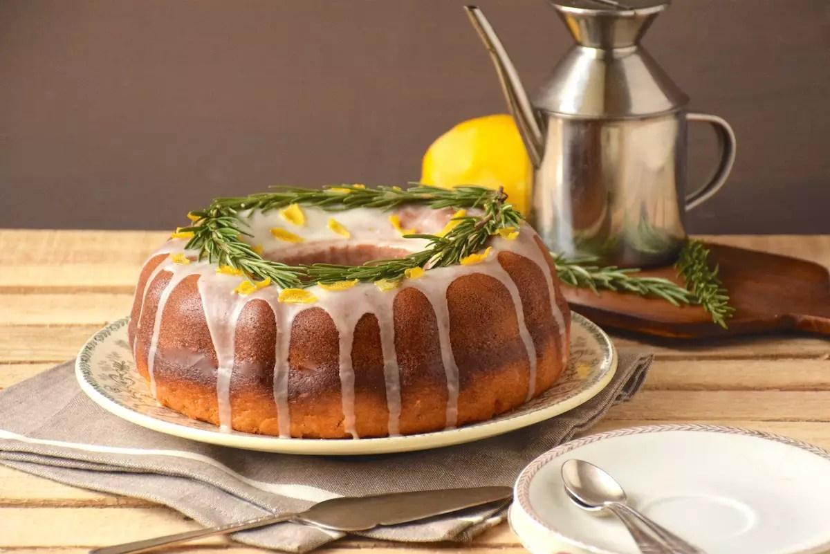 Bundt cake citron, huile d'olive, romarin