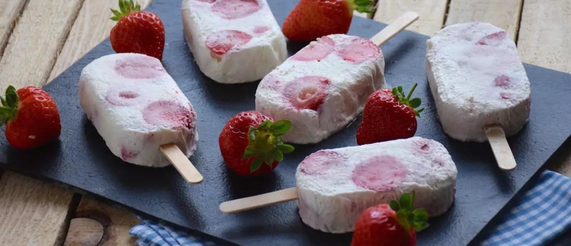 Canicule? – Bâtonnets de yaourt glacé vanille & morceaux de fraises