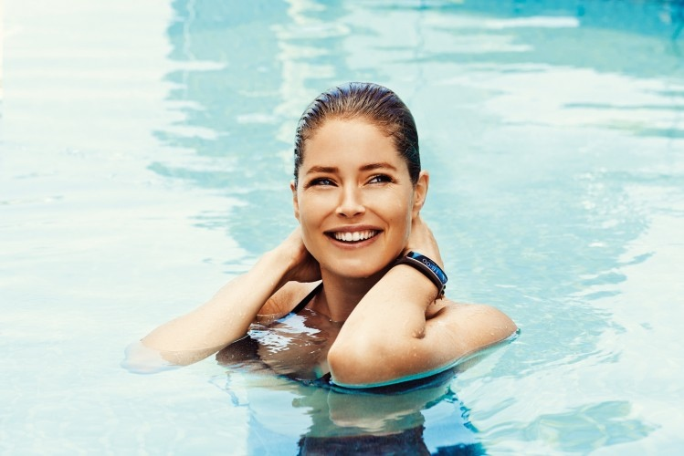 doutzen kroes samsung galaxy photos4 Doutzen Kroes Poses in Pool for Samsung S5 Smartphone Campaign
