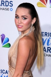 miley-cyrus-long-blonde-ponytail