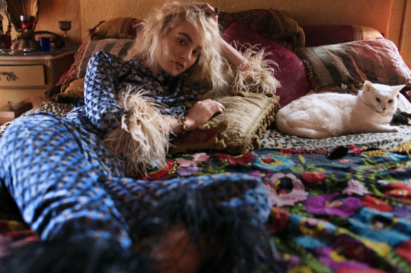 Slappa i sängen med en katt, Maartje Verhoef poserar Prada topp och byxor