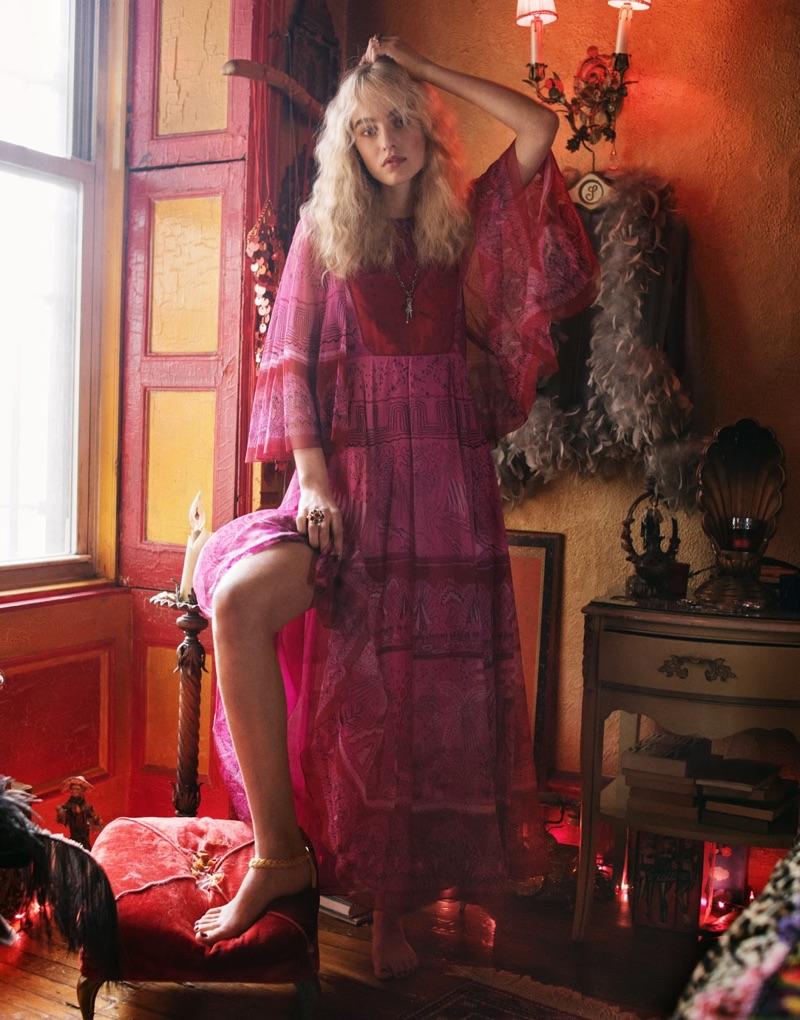Embracing rött och rosa, Maartje Verhoef modeller Valentino långklänning och Gucci halsband
