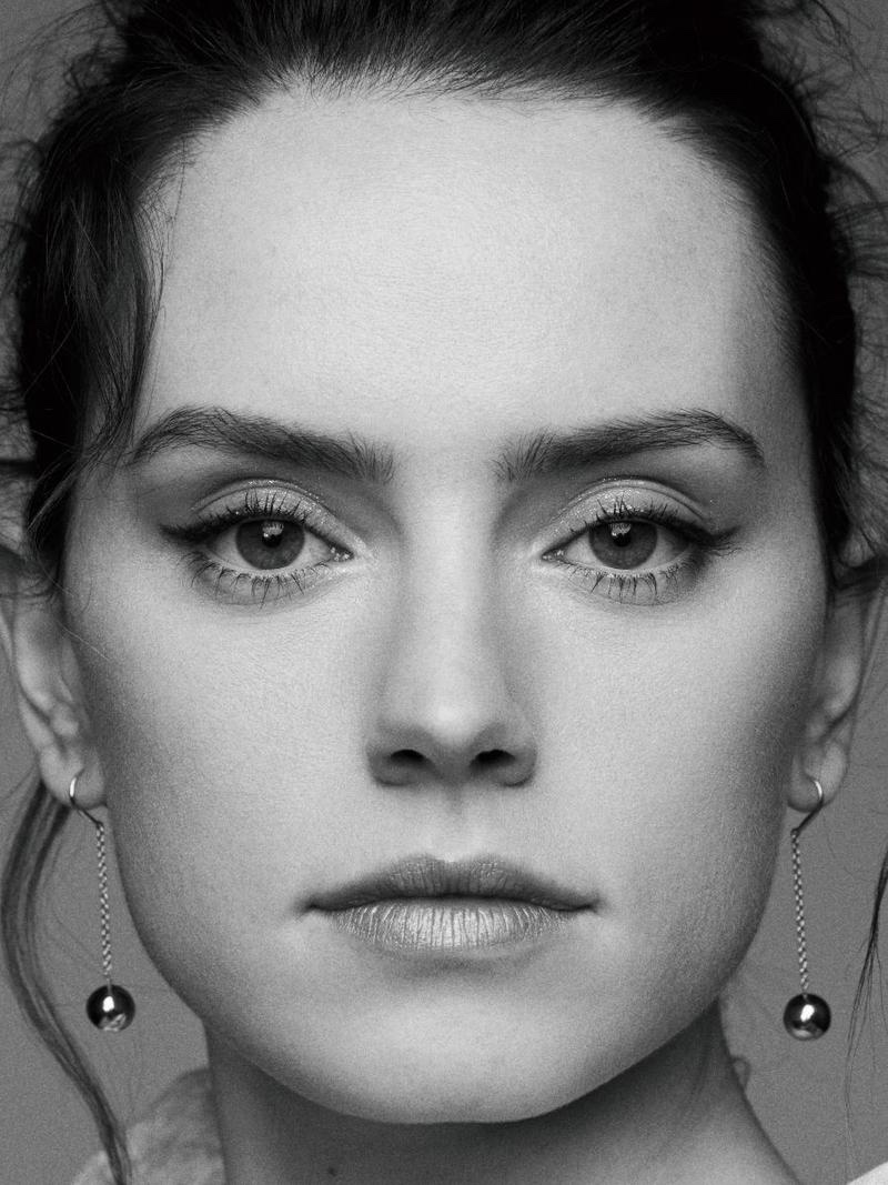 Ready for her closeup, Daisy Ridley shows off winged eyeliner