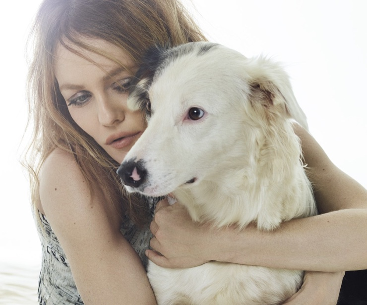 Posing with a dog, Vanessa Paradis looks chic