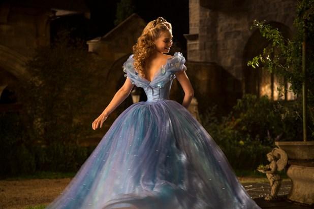 """Als ich Cinderellas Kleid zum ersten Mal im Studio von Sandy Powell sah, stockte mir der Atem"""", gesteht Allison Shearmur (Produzentin). """"Sie sagte mir, ich könne es ruhig berühren, aber ich traute mich nicht. Als ich es schließlich doch tat, fühlte es sich an, als würde man Luft anfassen. So muss sich wohl eine Wolke anfühlen. Und doch befindet sich eine unfassbare Menge Stoff in diesem Rock."""""""