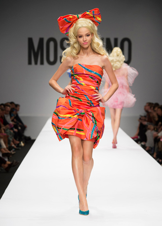 Jeremy Scott colpisce ancora  Barbie a sfilare per Moschino  Fashion Times
