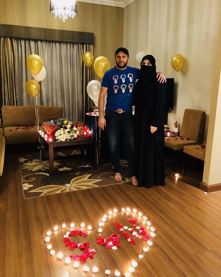 Shahid Afridi Celebrating his 18th Wedding Anniversary with Family  Pakistani Drama Celebrities