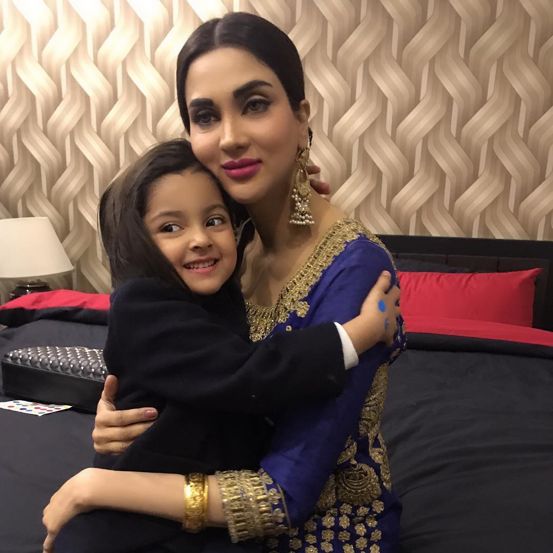 Gorgeous Fiza Ali Having Mother Movement with her Cute Daughter Faraal