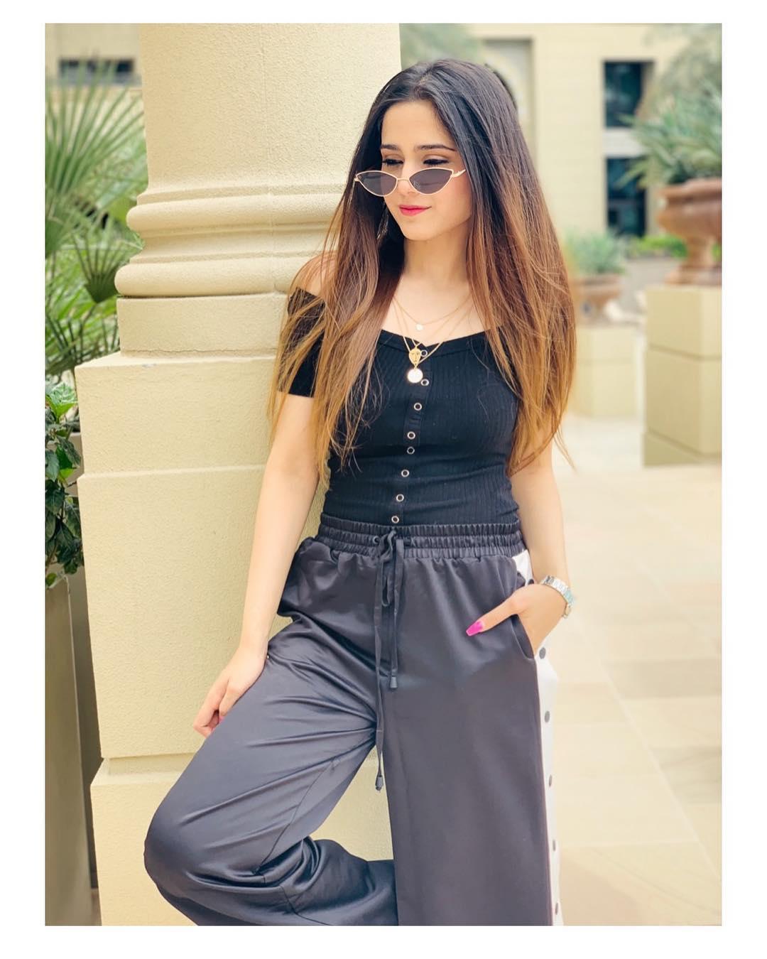 Latest Clicks Of Aima Baig In Dubai And Usa Pakistani
