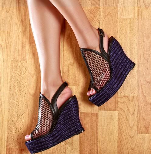 Sandalia con cobertura en malla negra y soga color azul marino. Edmundo Castillo, de Suola. $450