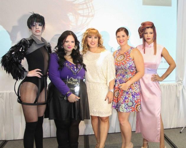 """Al centro, Ivette Álvarez, de P&G Beauty Care, junto a las ganadoras, a su la izquierda, Belkys Cabrera del salón Ángel Rosario, ganadora de la categoría de """"Talento Joven""""; y Glory Avilés de Bloom Salón ganadora de la categoría de """"Color"""", con sus respectivas modelos"""