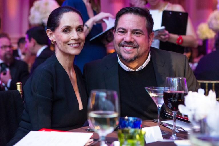 Narciso Rodriguez comparte con la diseñadora Sonia Braga durante la gala del Museo de Barrio de Nueva York, en mayo de 2016. (Foto cortesía Museo del Barrio)