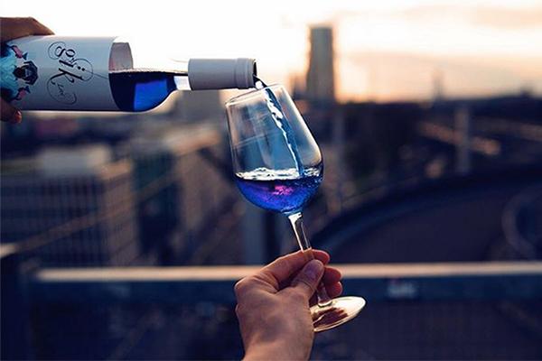 葡萄酒不一定是紅色!用葡萄皮的花青素調制 – 宛如精靈眼淚般的 Blue Wine   時尚華爾滋