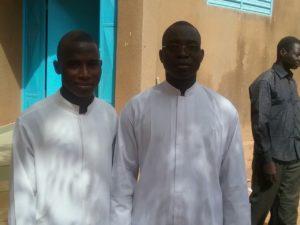 Le Diacre Richard Ouattara à gauche le co célébrant de l'eucharistie de Noel 2016 à Saaba et le célébrant principal ont prié pour un monde plus fraternel