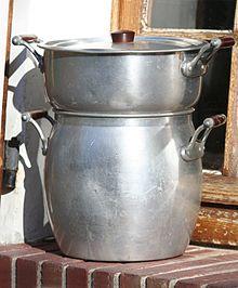 un couscoussier (ustensile de cuisine servant à la cuisson du couscous)