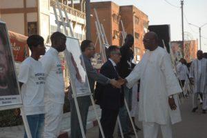 Le président Roch Kaboré saluant les parents des victimes