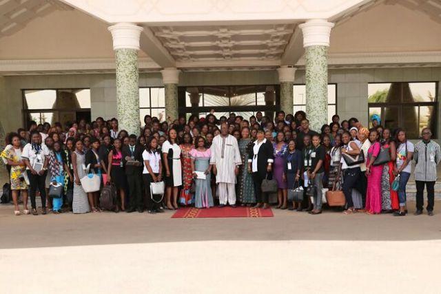 Photo de famille des femmes mentors, des jeunes filles avec le Chef de l'Etat Rock Marc Christian KABORE