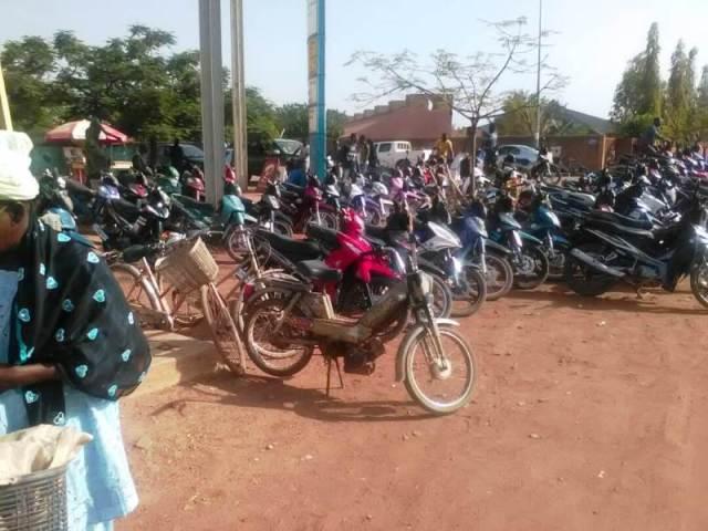 Le parcking débordant des abonnés de la nationale de l'eau au niveau de l'agence ONEA ZAD