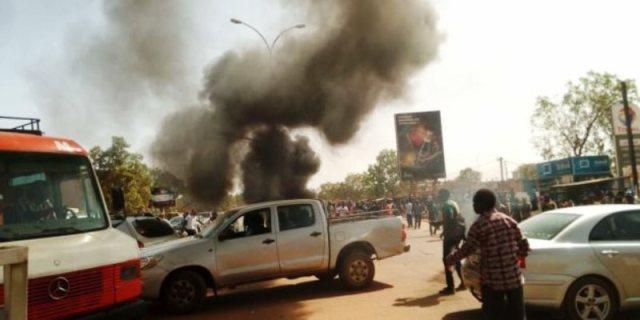 Des pneus ont été enflammés par des étudiants à l'approche du convoi de la délégation française.