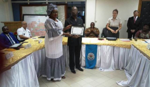 Mme Sacko Magninè dite Inna, Kondé, Magistrate (au Mali) recevant son diplome