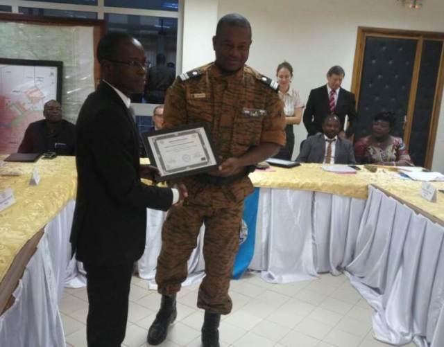 Sylvain Sawadogo Substitut du Procureur du Faso (à gauche) recevant son diplome des mains du Colonel Xavier Blaise Ouédraogo