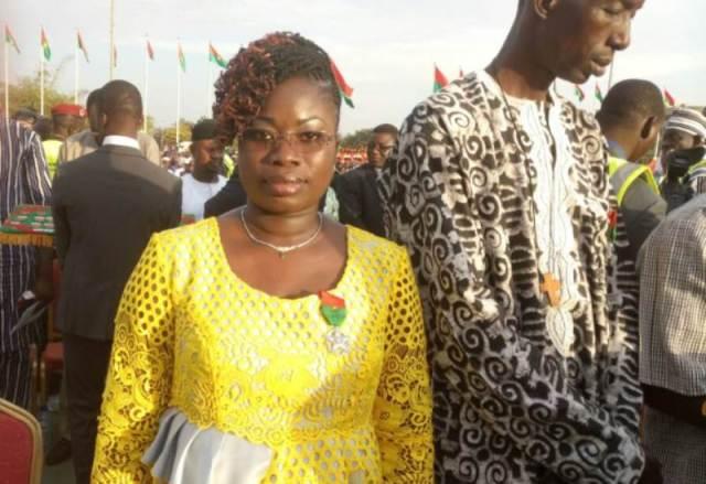 Mme Bambara/ Bidiga Fatimata, a l'Assemblée nationale Administrateur parlementaire chevalier de l'ordre national. Dédié cette médaille à ses chers parents.