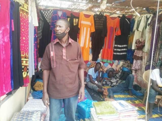 M. Touré venu du Mali vendre ses robes bazin est découragé de la morosité du marché
