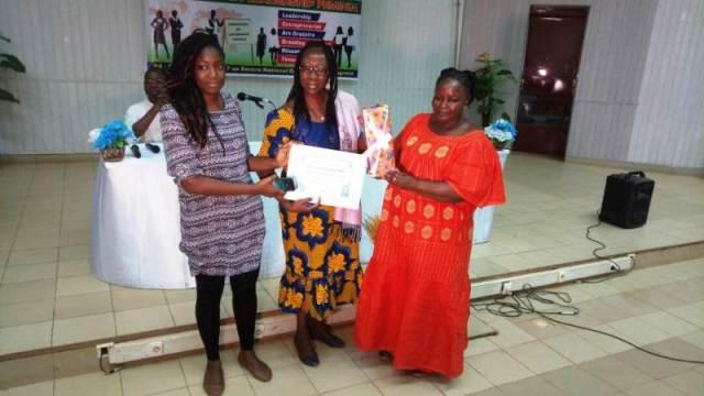 Remise des attestions aux participants par Mesdames Yolandes Onadja/Kaboré, (au centre) et Obulbiga Célestine à droite en robe rouge