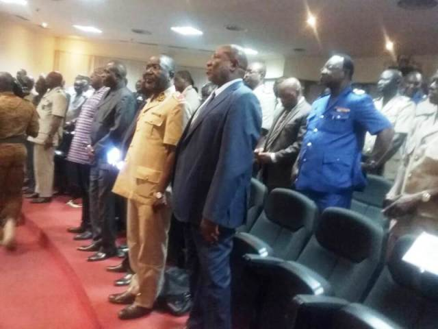 Les participants, généraux et officiers supérieurs accueillent leur Ministre
