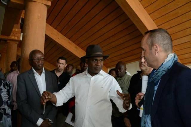 Le Ministre des Affaires Etrangères, de la Coopération et des Burkinabé de l'Extérieur, M. Alpha Barry en compagnie de M. Claude FABBRETTI, représentant de la délégation de la Croix Rouge lors de la visite du chantier du Centre polyvalent à Loumbila.