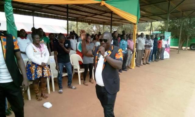 Les étudiants remerciant  leur ministre.