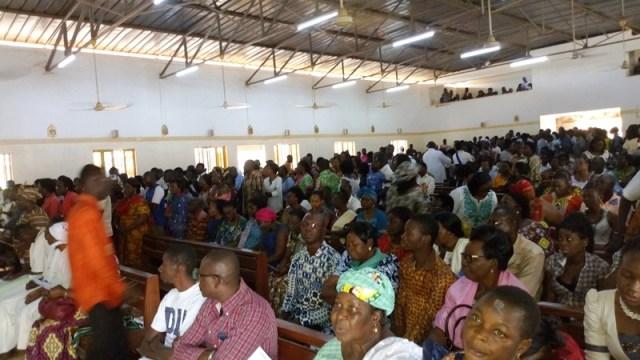 Les fidèles chrétiens reçoivent la cendre signe de leur fragilité humaine