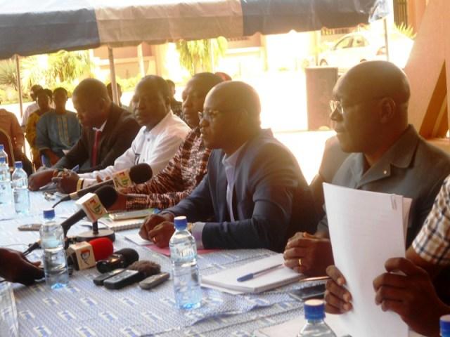 Les animateurs à la conférence de presse sur l'affaire de ventes de produits pharmaceutiques à des terroristes à Ouagadougou.