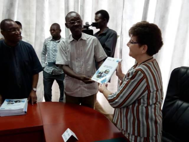 La représentante de l'UNICEF Anne VINCENT du rapport au représentant de L'Union   nationale de l'audiovisuel libre du Faso (UNALFA)