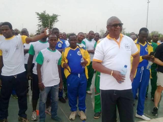 Le maire de la ville de Ouagadougou, Armand Béouindé (bidon en main)