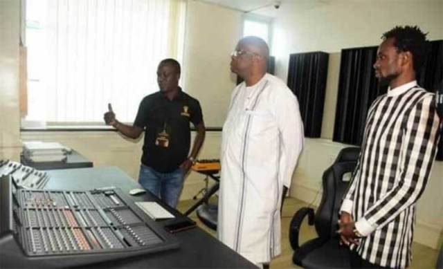 Le président Roch Marc Christian Kaboré en visite sur les installations de SHAMAR EMPIRE, structure de production musicale et de communication baseé à Ouagadougou, Initié par le footballeur international burkinabè Jonathan Pitroipa.
