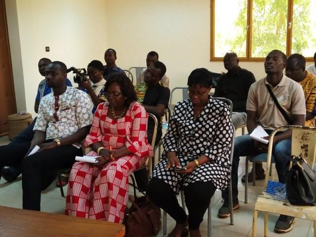 La délégation de la caravane de presse Au premier  plan : les membres de la coalition nationale contre le mariage d'enfants au Burkina Faso   (CONAMEB) En arrière-plan :   Les journalistes