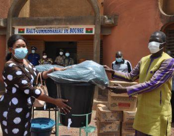 Lutte contre le coronavirus au Burkina : Odile DIABRE fait des dons aux FDS de Boussé