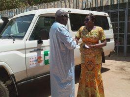 le-ministre-de-la sante-reçoit-les-cles-de-ambulance
