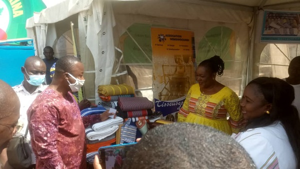 le-MINISTRE-HAROUNA-KABORE-VISITE-DES-STANDS