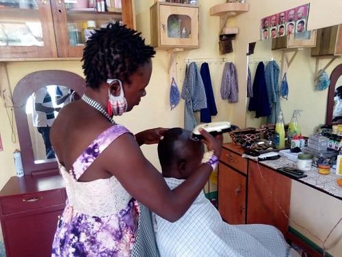 Entreprenariat- Jacqueline –HIEN-se -lance –dans- la -coiffure -des -hommes